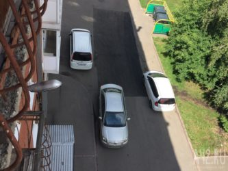 Парковка у выезда из двора